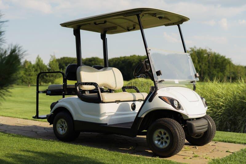 Elegancka biała golfowa fura zdjęcia stock