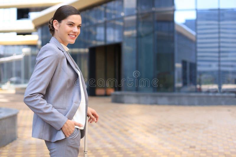 Elegancka biznesowa kobieta z bagażem w lotnisku Bizneswoman z walizką iść podróż służbowa obrazy royalty free
