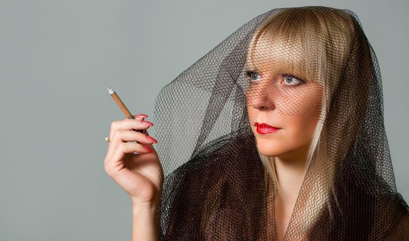 Elegancka blondynka w przesłonie zdjęcie royalty free