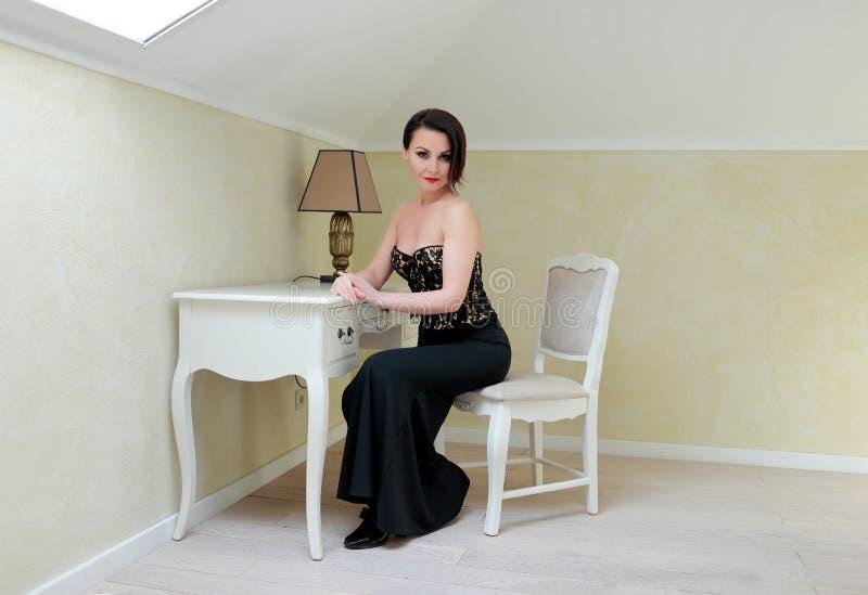 Elegancka brunetka w czerni fotografia stock