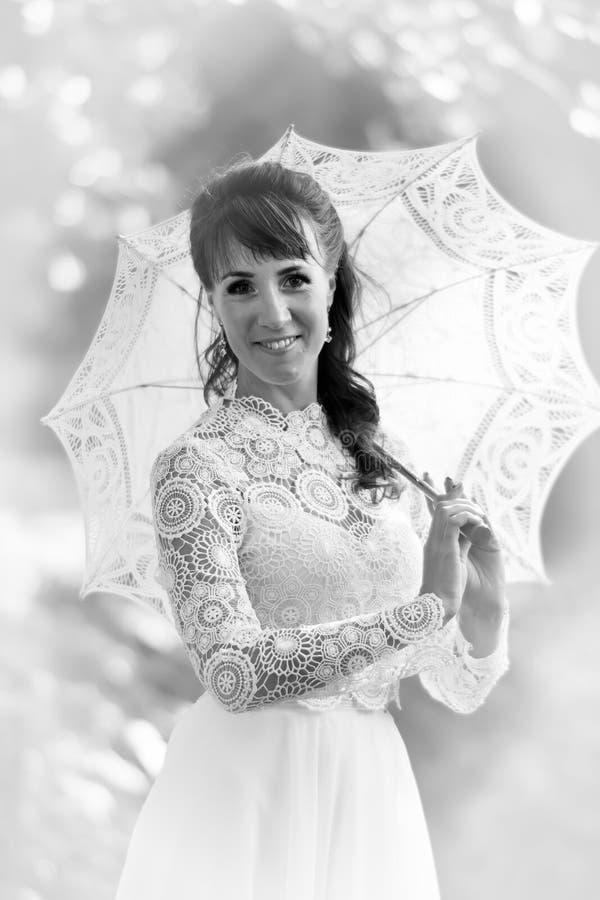 Elegancka brunetka w rocznika bielu sukni zdjęcie royalty free