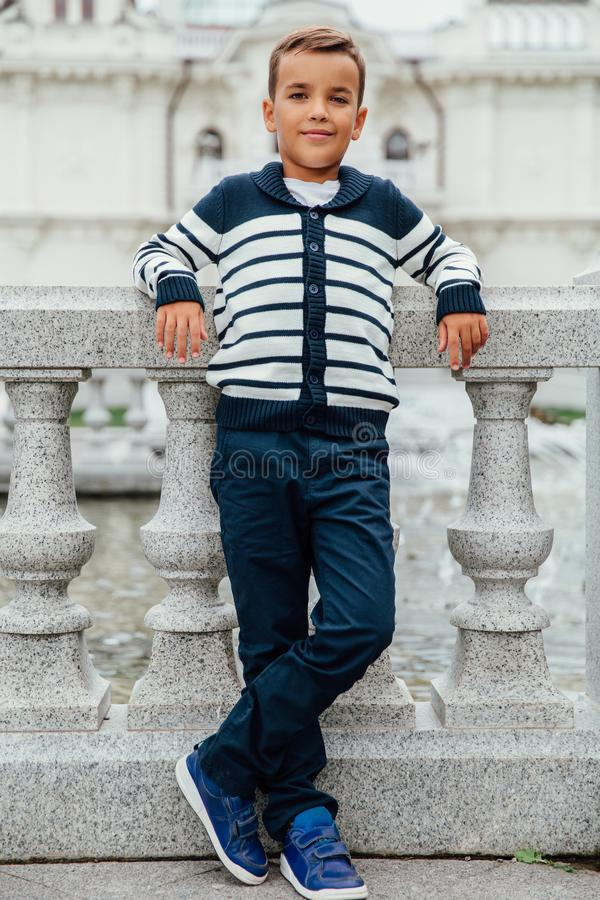 Elegancka chłopiec w okularach przeciwsłonecznych i modnych ubraniach Dziecka ` s moda obraz stock