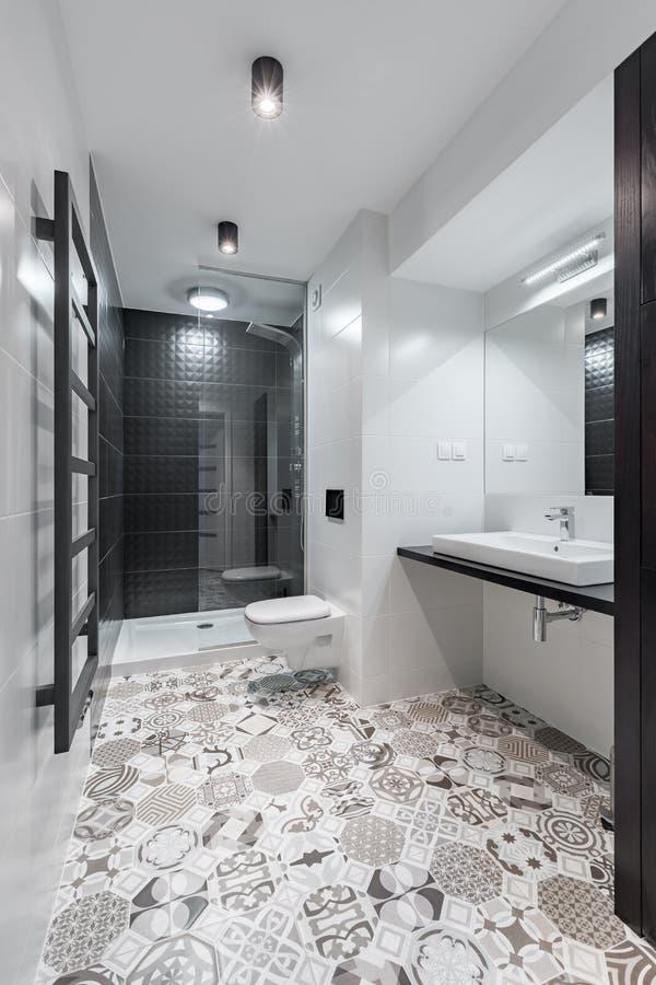 Elegancka czarny i biały łazienka fotografia royalty free