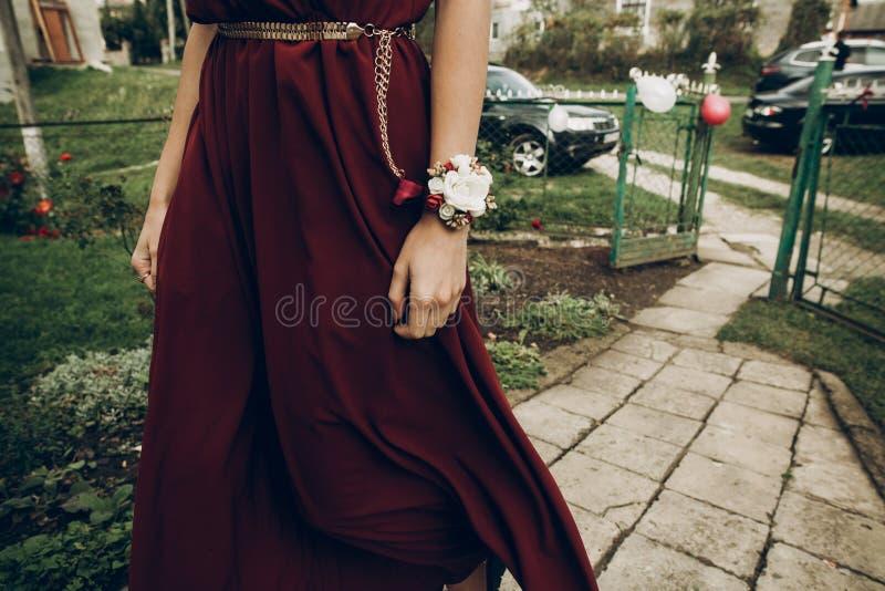 Elegancka drużka z czerwonymi i białymi kwiatami na boutonniere dalej obrazy royalty free
