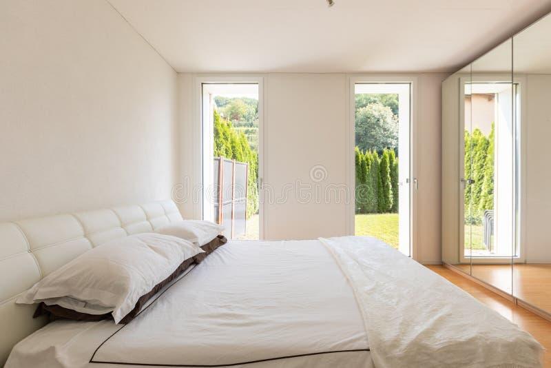 Elegancka dwoista sypialnia z okno ogród obrazy royalty free
