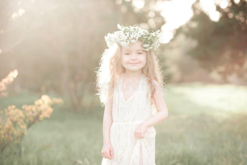 Elegancka dzieciak dziewczyna w biel sukni fotografia stock