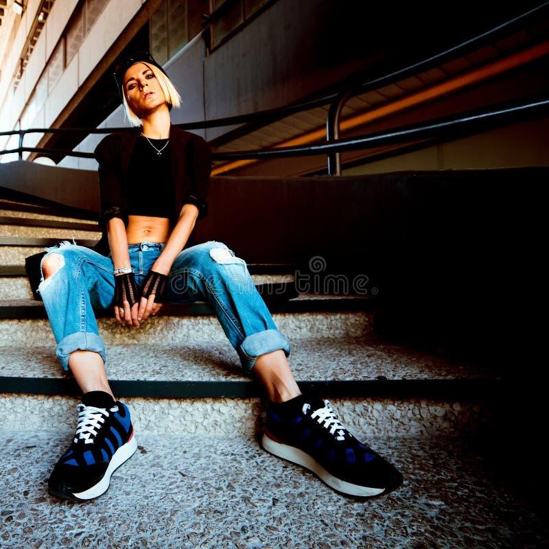 elegancka dziewczyna cajgi drzejący miastowy moda styl zdjęcia stock