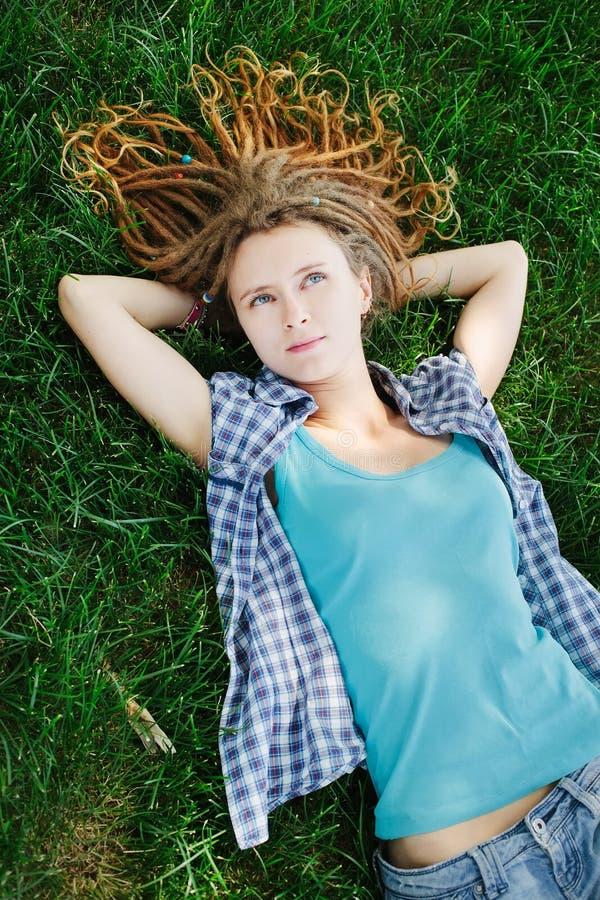Download Elegancka Dziewczyna Kłama Na Zielonej Trawie Z Dreadlocks Obraz Stock - Obraz złożonej z ekspresyjny, gazon: 57652865