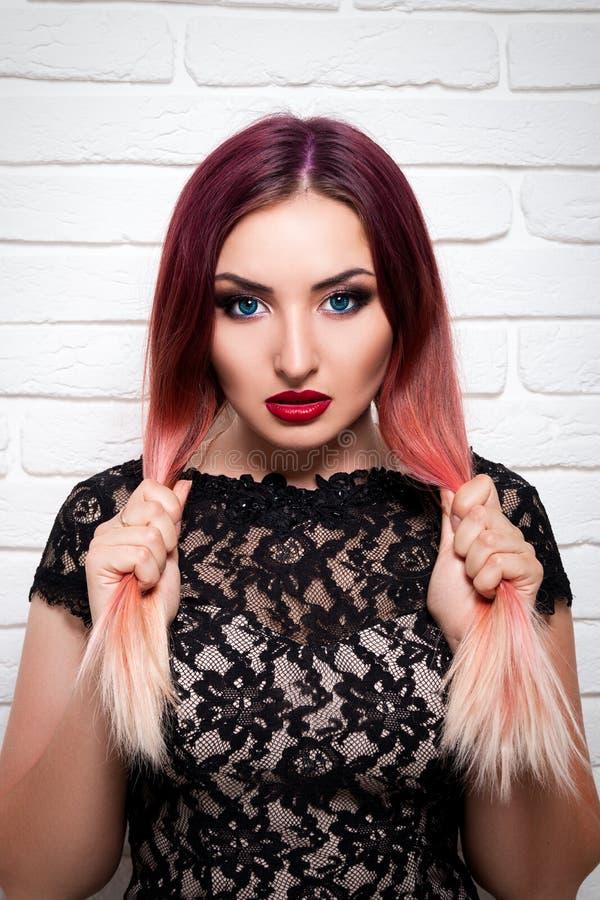 Elegancka dziewczyna lub kobieta z pięknymi makijaży stojakami na białym bac fotografia royalty free
