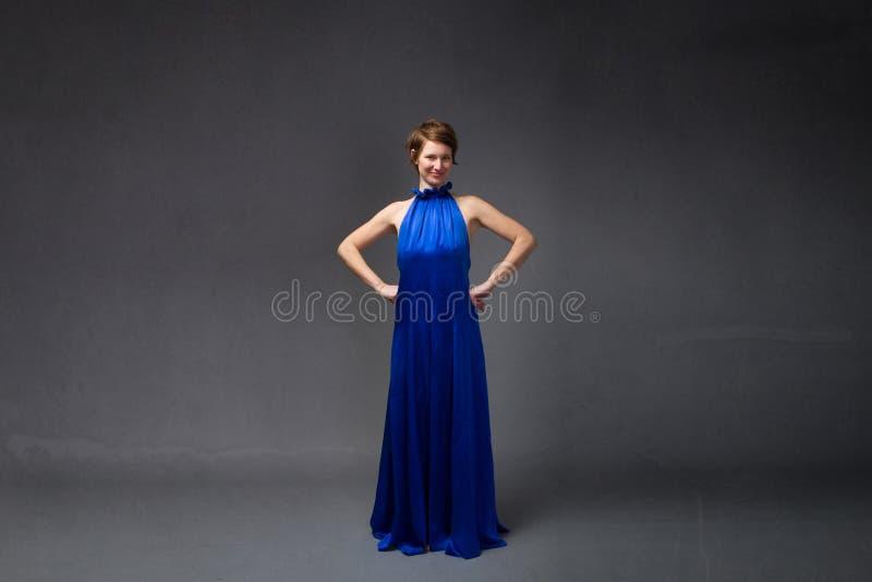 Elegancka dziewczyna w elektrycznej błękit sukni fotografia stock