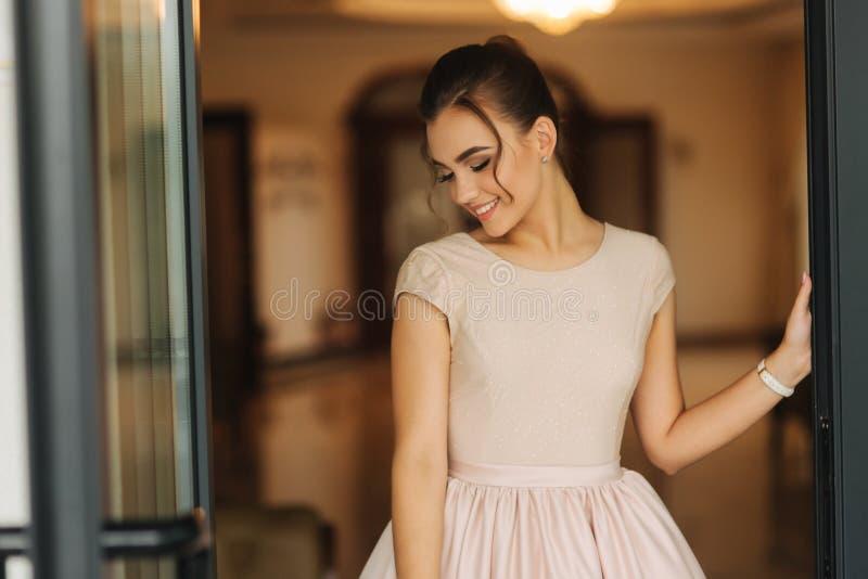 Elegancka dziewczyna w suknia stojaku w hotelowej sala Powabny model zdjęcie royalty free