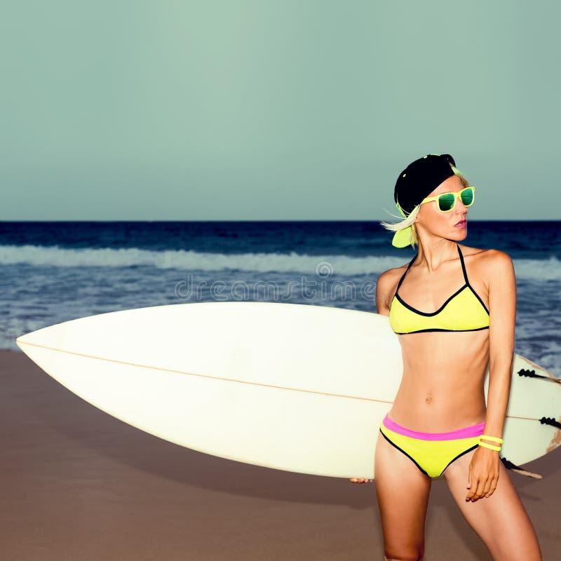 Elegancka dziewczyna z białą kipieli deską na plaży fotografia royalty free