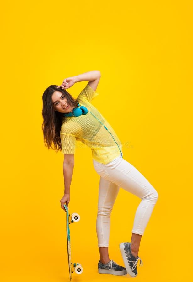 Elegancka dziewczyna z longboard obrazy royalty free