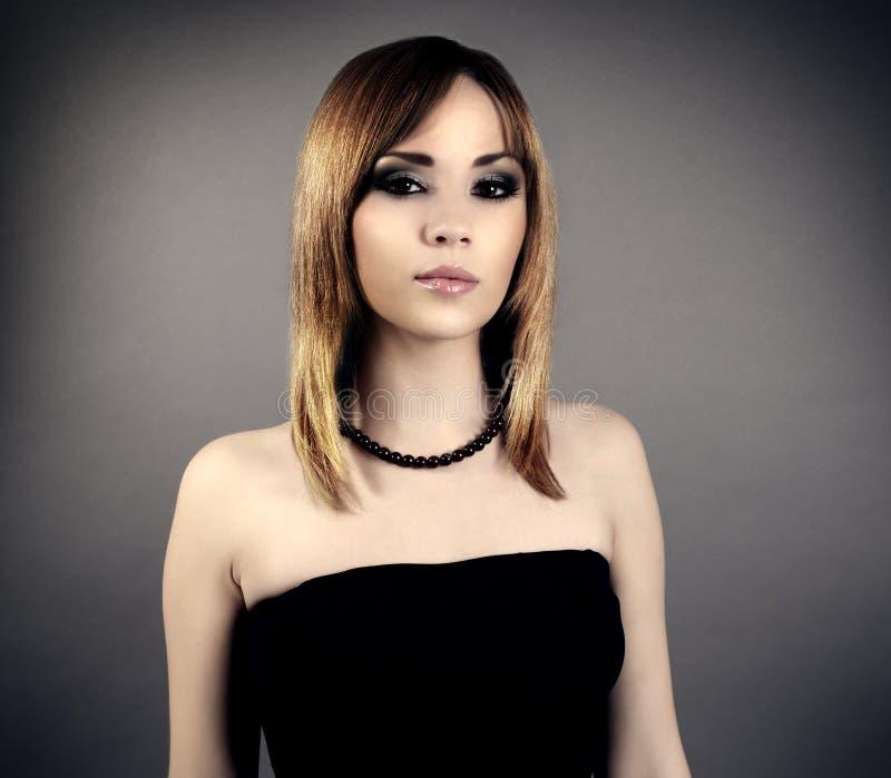 Elegancka dziewczyna z pięknym makeup zdjęcia stock