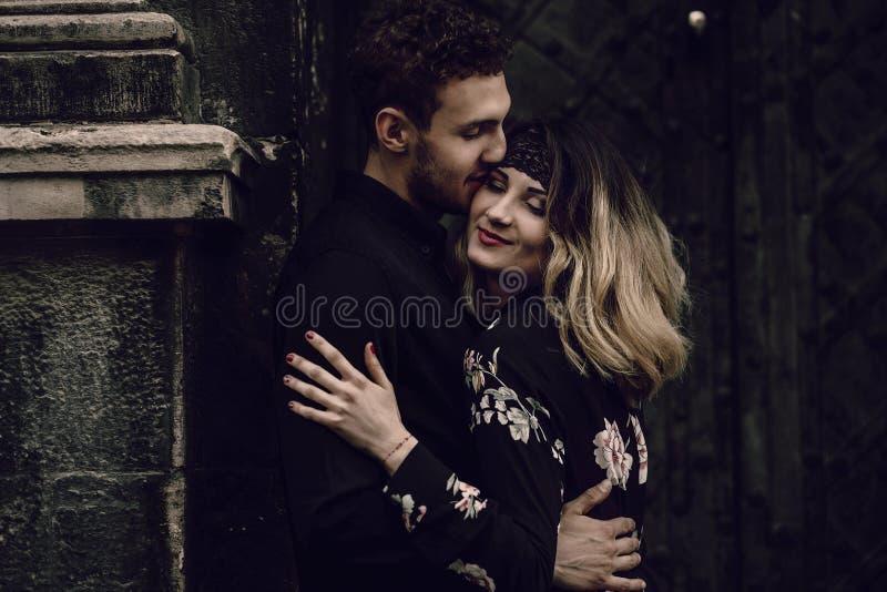 Elegancka gypsy para w miłości całuje w wieczór miasta ulicie przy o fotografia stock