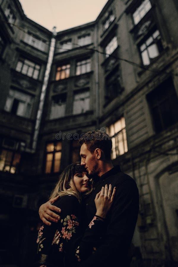 Elegancka gypsy para w miłości obejmuje w wieczór miasta ulicie przy zdjęcia stock
