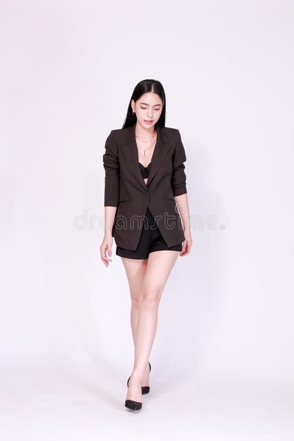 Elegancka i nowożytna Azjatycka ufna biznesowa kobieta w lookbook stylu odizolowywającym nad białym tłem fotografia stock