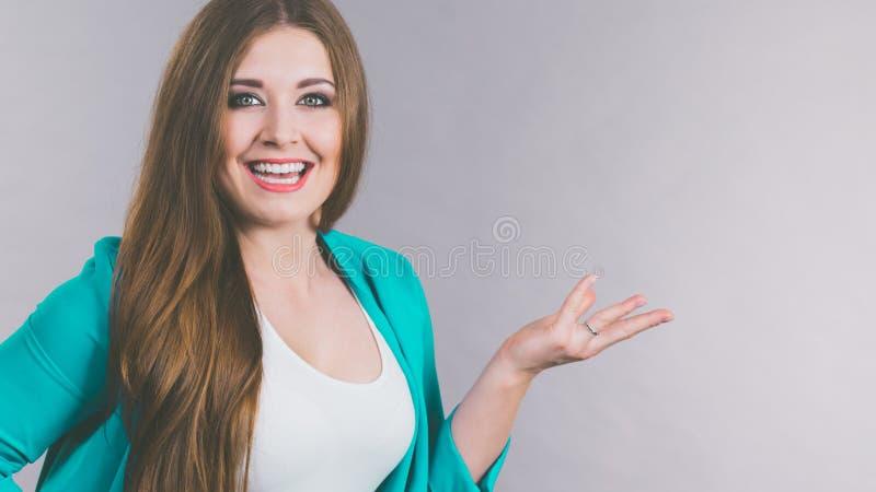 Elegancka kobieta gestykuluje z r?kami obrazy stock