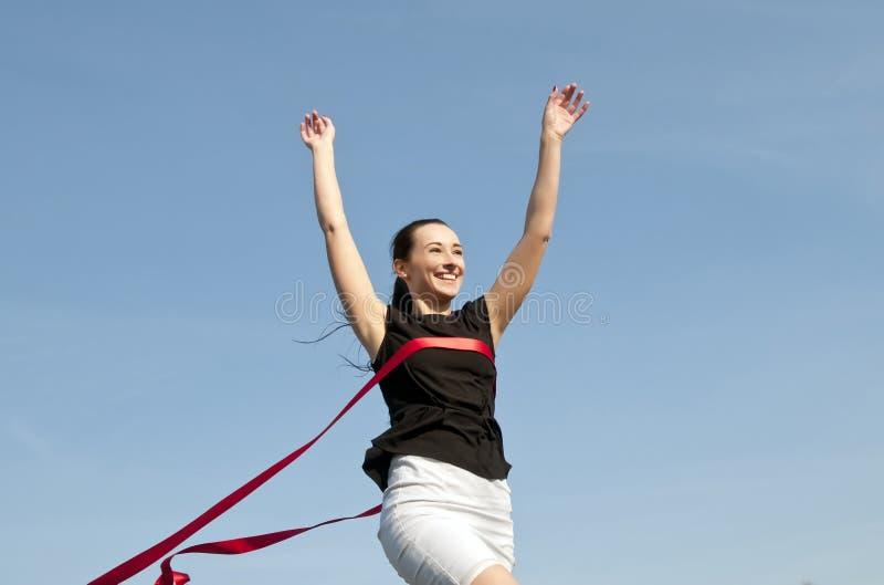 Elegancka kobieta krzyżuje wykończeniową linię obrazy royalty free