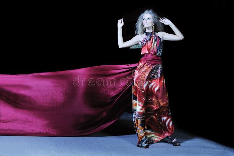 Elegancka kobieta na miasta ulicie przy noc obrazy royalty free