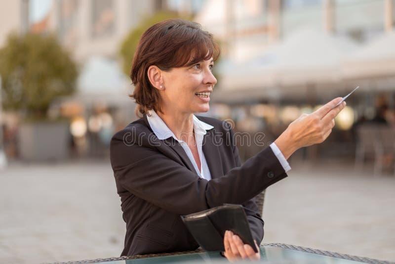 Elegancka kobieta oferuje ona pieniądze zdjęcia royalty free