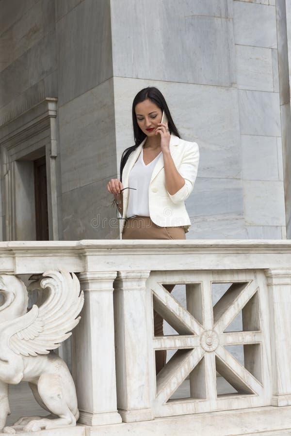 Elegancka kobieta opowiada telefon zdjęcia stock