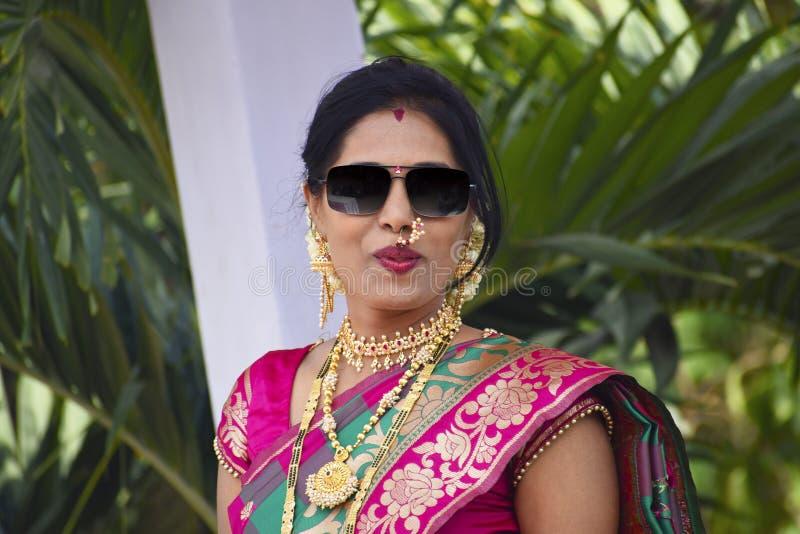 Elegancka kobieta patrzeje kamerę z wargami w Indiańskim ubiorze pursed, Pune obrazy royalty free