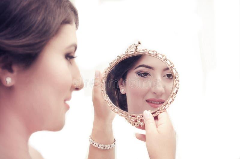 Elegancka kobieta patrzeje w lustrze zdjęcie stock