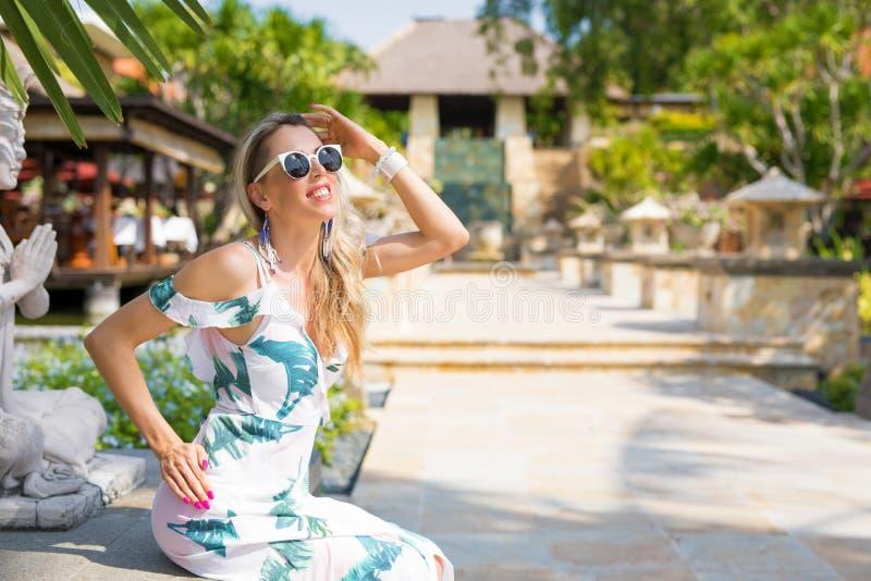 Elegancka kobieta pozuje w luksusowym kurorcie zdjęcie stock