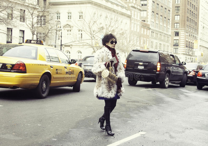 Elegancka kobieta przyjeżdża pokaz mody w Nowy Jork zdjęcia stock