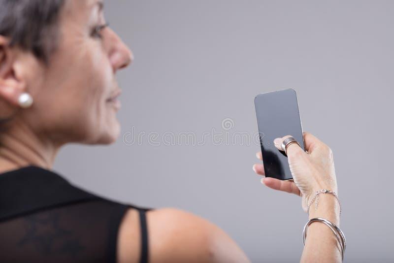 Elegancka kobieta trzyma wiszącą ozdobę w jej ręce fotografia royalty free