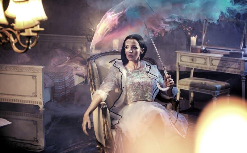 Elegancka kobieta w dżdżystym, luksusowym mieszkaniu, zdjęcia royalty free
