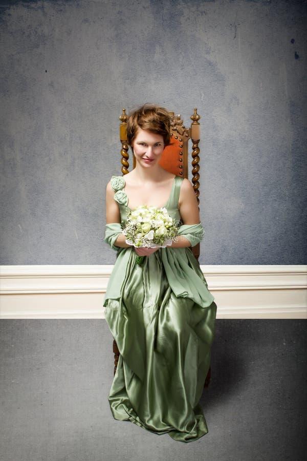 Elegancka kobieta w szarym tle zdjęcia stock