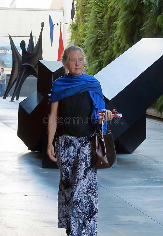 Elegancka kobieta z błękitnym szalikiem w San Francisco, Kalifornia obraz royalty free