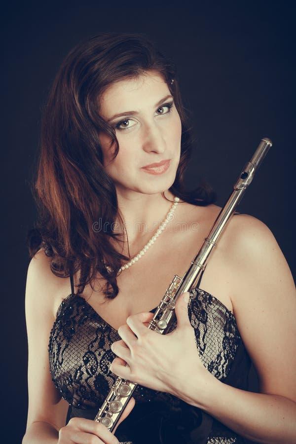 Elegancka kobieta z fletowym instrumentem zdjęcia royalty free