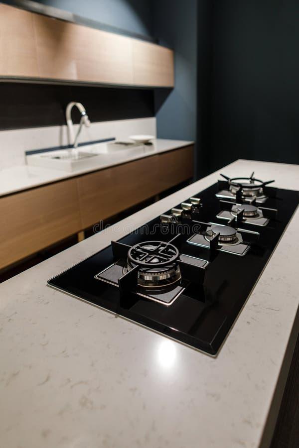Elegancka kuchnia z z eleganckim błyszczącym stołem i kuchenką obrazy stock