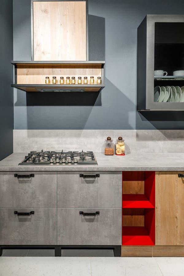 Elegancka kuchnia z eleganckim siwieje kontuar i kuchenkę obrazy stock
