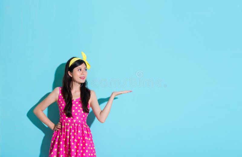 Elegancka młoda kobieta robi pokazywać pozować fotografia stock
