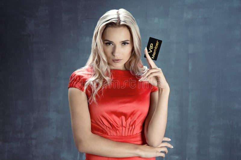 Elegancka młoda kobieta trzyma VIP kartę fotografia royalty free