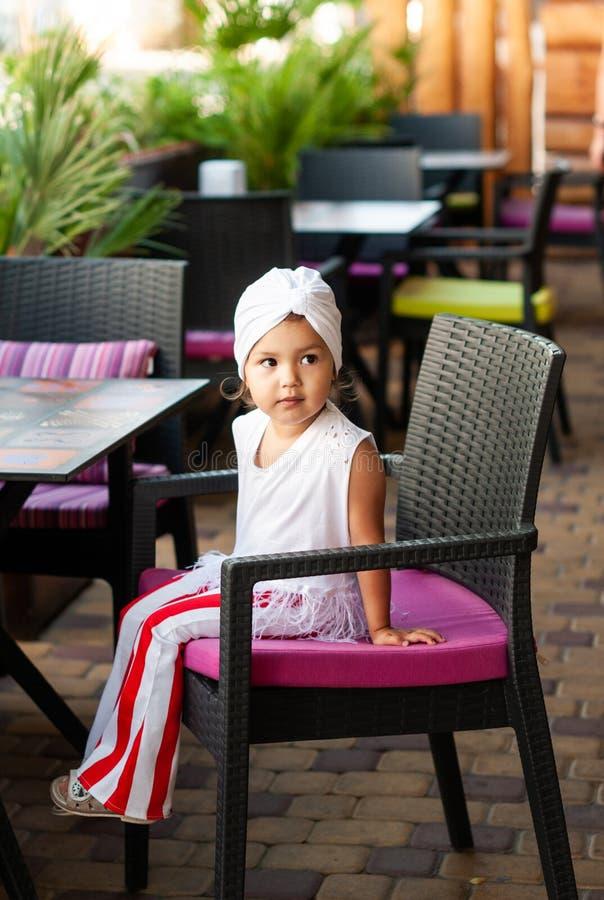 Elegancka mała dziewczynka z białym turbanem na jej głowie obrazy royalty free