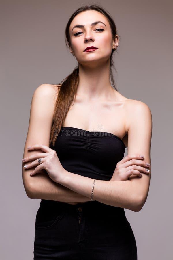 Elegancka modna dziewczyna w czerni ubraniach obrazy stock