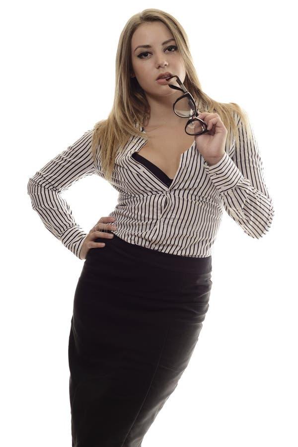 Elegancka modna młoda kobieta trzyma szkła przy wargami zdjęcia royalty free