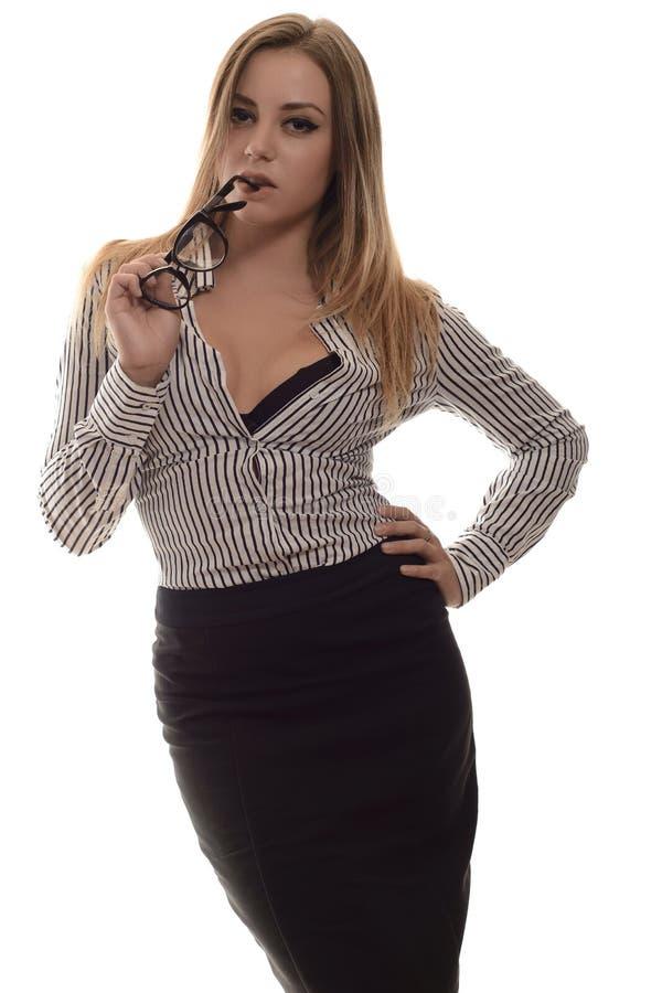 Elegancka modna młoda kobieta trzyma szkła przy wargami fotografia stock