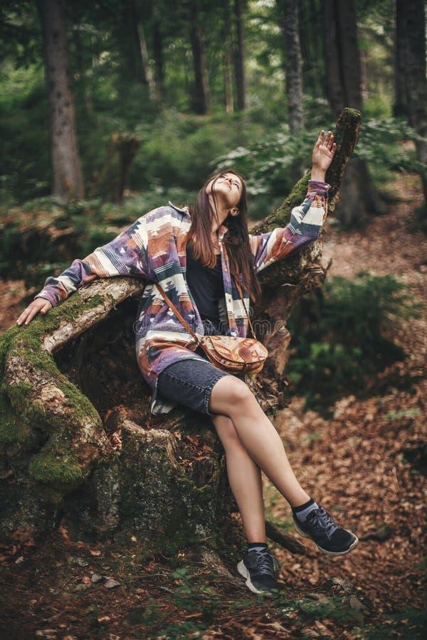 Elegancka modniś dziewczyna ma zabawę i relaksuje w lesie w górach Młoda kobieta podróżnika rekonesansowi drewna Eco wakacje Podr fotografia stock