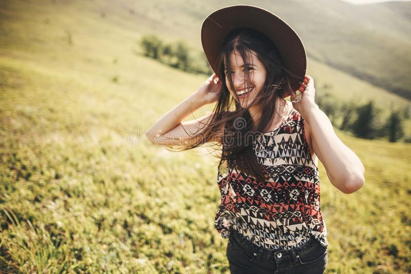 Elegancka modniś dziewczyna w kapeluszowy podróżować na górze pogodnych gór i ono uśmiecha się Portret szczęśliwa młoda kobieta z obrazy royalty free