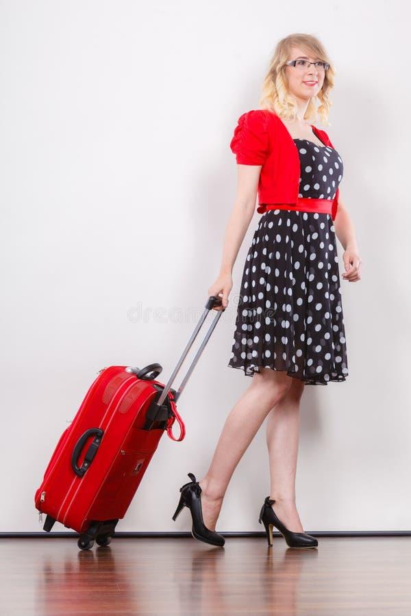 Elegancka mody kobieta z czerwon? walizk? zdjęcie stock