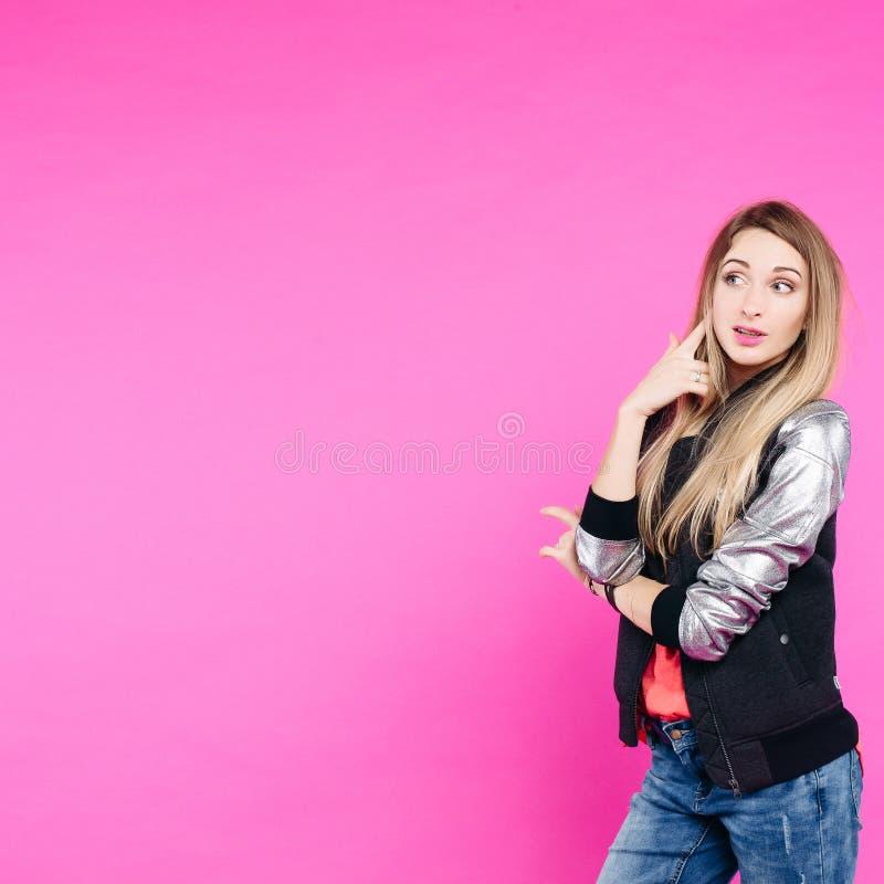 Elegancka nastoletnia dziewczyna jest ubranym w modnego stroju ufnej patrzeje kamerze obraz royalty free