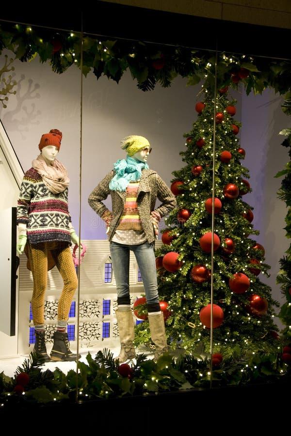 Download Elegancka Odzież Na Okno W Bożych Narodzeniach Zdjęcie Stock - Obraz złożonej z pulower, salowy: 28965776