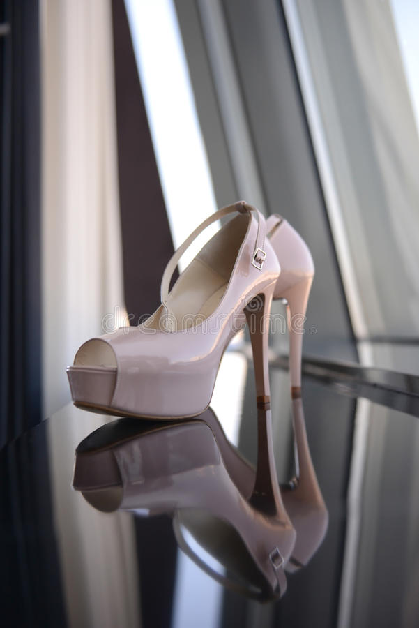 Elegancka para biali bridal buty na lustrze zdjęcia royalty free