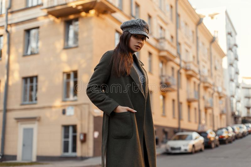 Elegancka piękna młoda atrakcyjna kobieta z rocznika kapeluszem i modnym zielonym żakietem chodzi w Europejskim mieście na ulicie zdjęcie royalty free